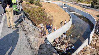 Falnak ütközött egy menekültekkel teli furgon Törökországban