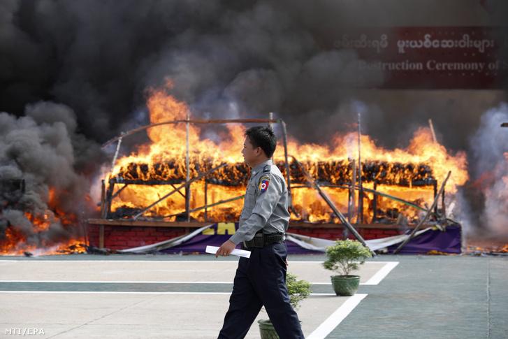 Lefoglalt kábítószert éget el a mianmari rendőrség Rangunban 2019. június 26-án, a kábítószer elleni küzdelem világnapján