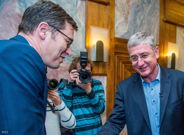 Karácsony Gergely, az MSZP-Párbeszéd miniszterelnök-jelöltje (b) és Gyurcsány Ferenc, a Demokratikus Koalíció elnöke kezet fog a Válasszunk! 2018 (V18) fórumán a budapesti Benczúr szállodában 2018. április 4-én.