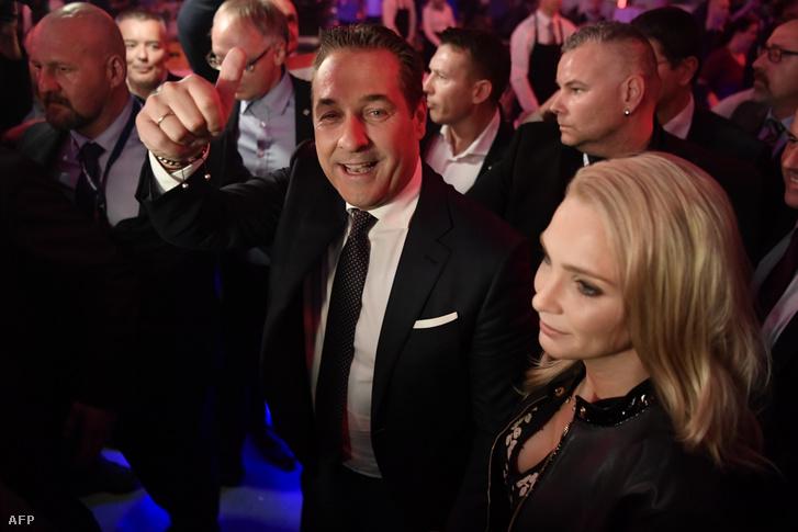 Heinz-Christian Strache és felesége Philippa Beck a 2017-es választási győzelem után Bécsben október 15-én