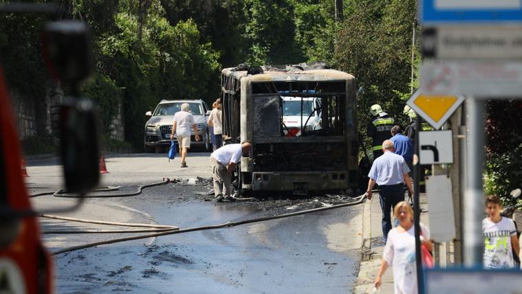Hatalmas lánggal égett egy BKV-busz Óbudán