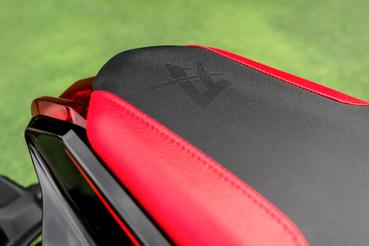 A piros betétes ülés a Katana logón kívül annyit tud, hogy piros