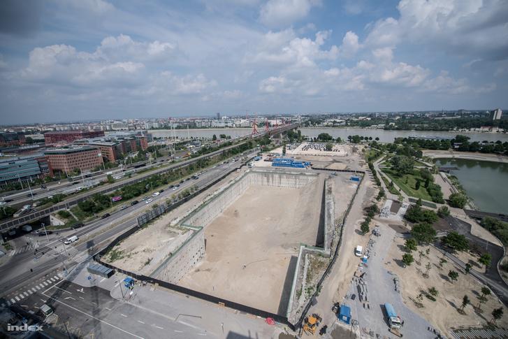 A Mol Campus gödre a Budapart épülő lakóházának tetejéről fényképezve. Itt tart most a fejlesztés