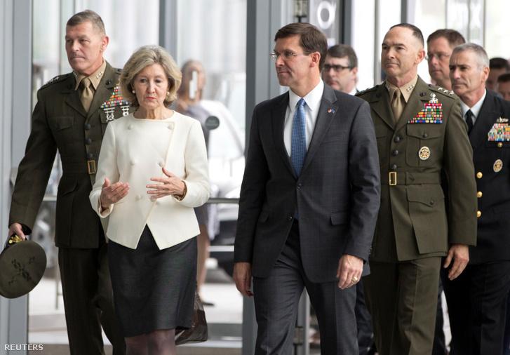 Az amerikai védelem képviseletében Mark Esper és Kay Bailey érkeznek NATO védelmi minisztereinek találkozójára Brüsszelbe 2019. június 26-án.