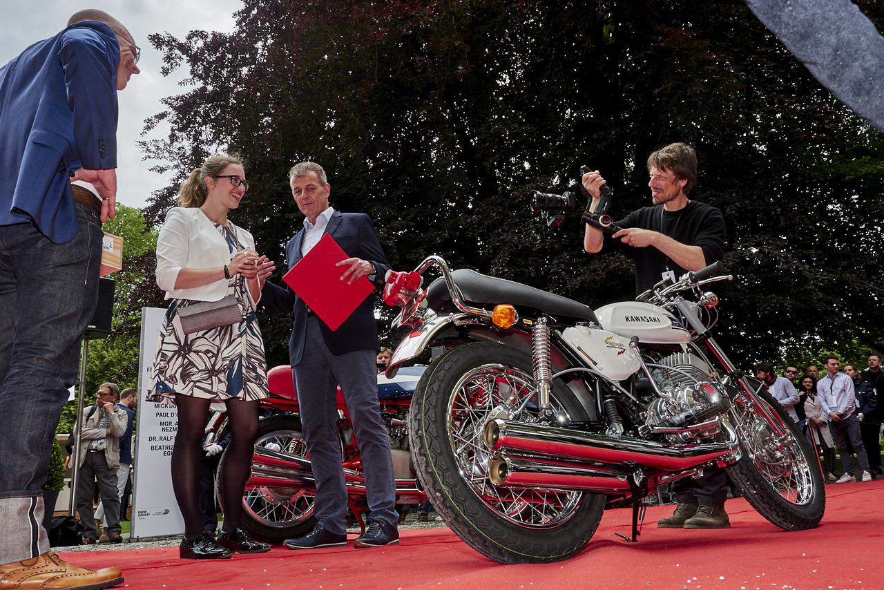 """Nem véletlenül lett """"Özvegycsináló"""" a csúfneve a Kawasaki Mach III-nak. A háromhengeres kétütemű 500-as hatvan lóerős, száguldásra termett – de a váz, a fékrendszer és a futómű nem igazán volt partner hozzá. Itt azonban megnyerte a kategóriát belga hölgytulajdonosa számára"""