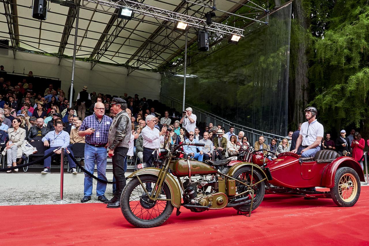 A motorkerékpárok szépségversenye mindig sok érdeklődőt vonz, a legtöbben aktívan motoroznak, remek a hangulat. A Harley-Davidson 29-D mellett egy Henderson KJ várakozik, mindkettő 1929-ből maradt ránk