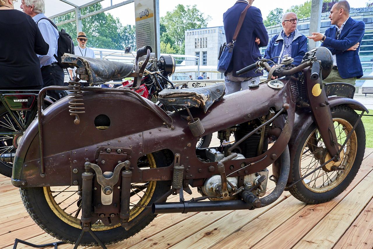 Bámulatosan egyszerű néven fut az egyik legkevésbé egyszerű motor, a New Motorcycle. 1927 és 1929 között készült Franciaországban, ez a példány az utolsó évben; Georges Roy munkája az egyhengeres, 475 köbcentis, préselt lemezekből szegecseléssel összeállított vázú gép, amely a teljesen burkolt Majestic előfutára volt