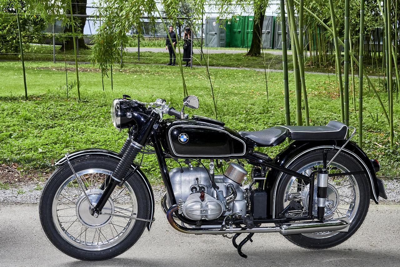 BMW R 68, 1959. A bajorok a motorkerékpár-gyártásuk kezdete, 1923 óta kitartottak a boxermotor-kardántengely párosítás mellett, strapabíró túragépeik mellett mindig voltak sportos modelljeik is. Az R68 volt az első utcai BMW, amely elérte a 160 kilométeres végsebességet, itt pedig a közönség szavazatát. Amúgy az egyik legritkább sorozatgyártású BMW, kevesebb mint 1500 készült belőle