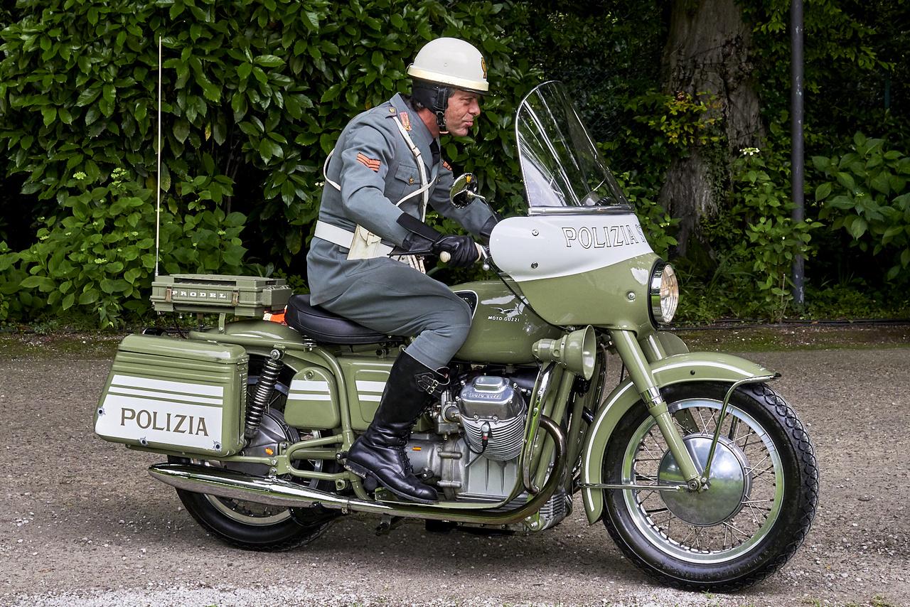 """Moto Guzzi V7, 1968. A """"Two-Wheeled Guard: To Protect and To Serve"""" kategória második helyére futott be. Állítólag a gép az akkori olasz elnök amerikai látogatása miatt született. Ott Harleyk kísérték, olyat importált volna ő is, de a tanácsadói szerint jobban adja ki, ha olasz motort használnak, így két év alatt lábra állt a V7"""