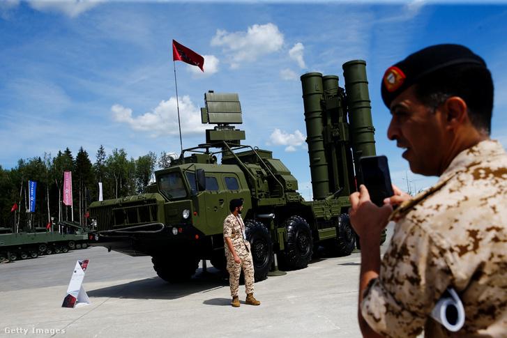 Nemzetközi katonai fórumon bemutatott S-400 típusú rakétaindító Moszkvában, Oroszországban 2019. június 25-én.
