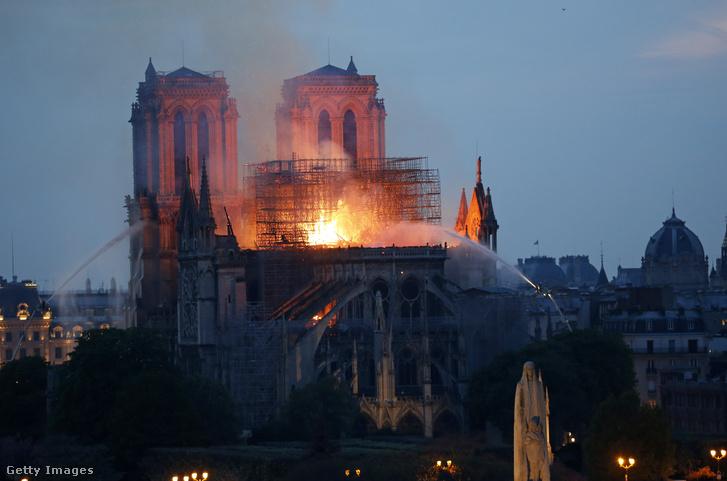 A Notre-Dame-i tűzvész 2019. április 15-én Párizsban.