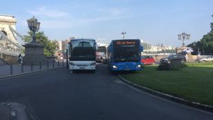 Lerobbant busz okozott közlekedési káoszt a Clark Ádám téren