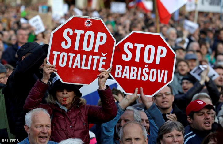 Babiš lemondását követelő tüntetők Prágában 2019. május 6-án