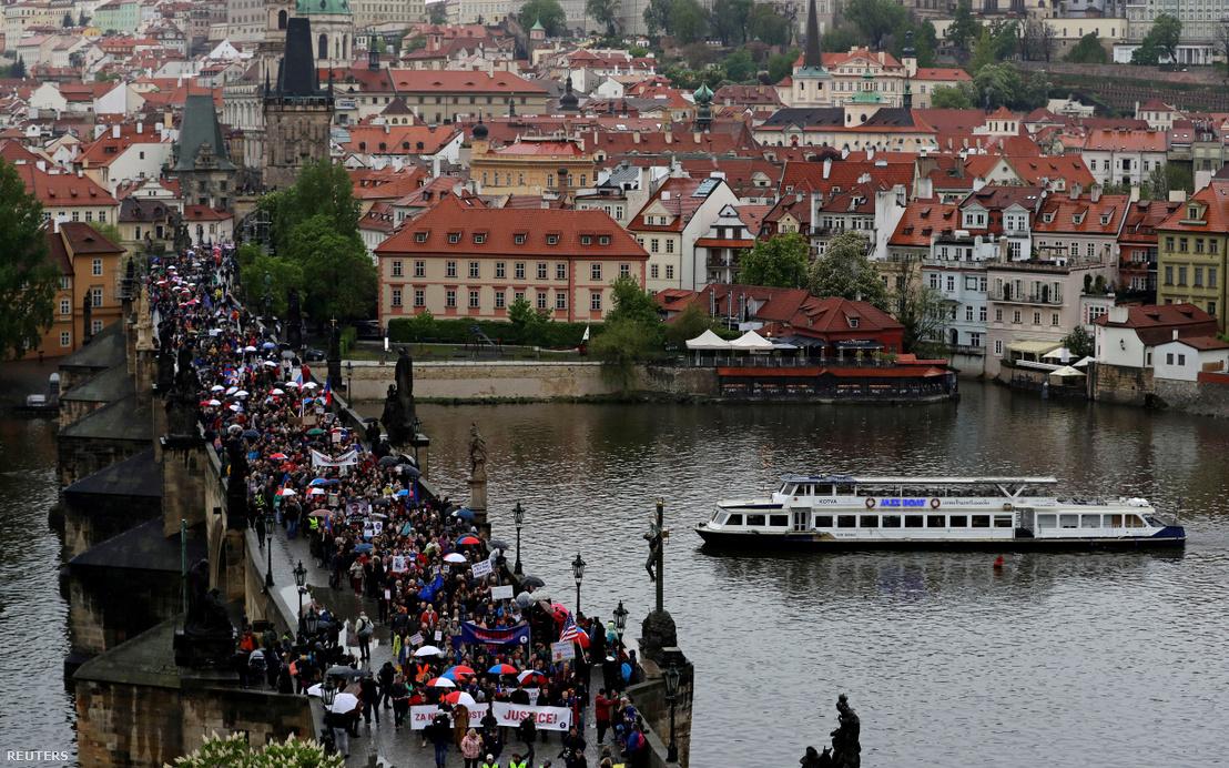 Tüntetők vonulnak át a Károly hídon Prágában 2019. április 29-én