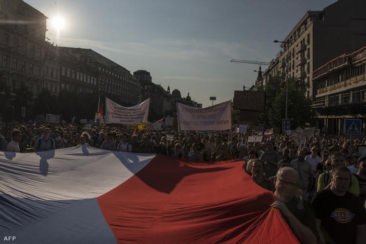 Babiš lemondását követelő tüntetők Prágában a Vencelas téren 2019. június 4-én
