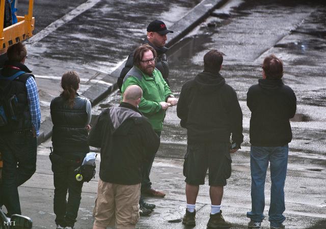 John Moore (középen zöldben) a Good Day to Die Hard című film amerikai rendezője instruálja kollégáit egy belvárosi utcában a film forgatásán.