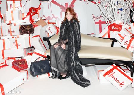 2011. december - Florence Welch karácsony harmadnapján így nyitotta meg a londoni Harrods luxusáruházban a téli vásárt
