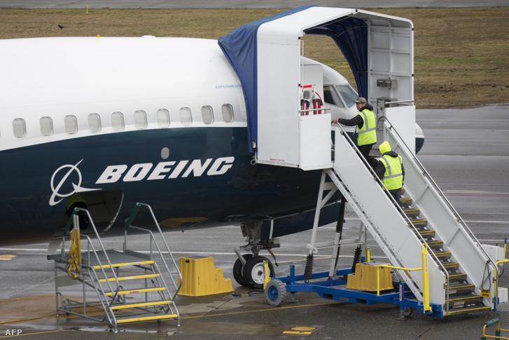 Egy Boeing 737 MAX 9 típusú repülőn dolgoznak a Boeing rentoni üzemében 2019. március 12-én