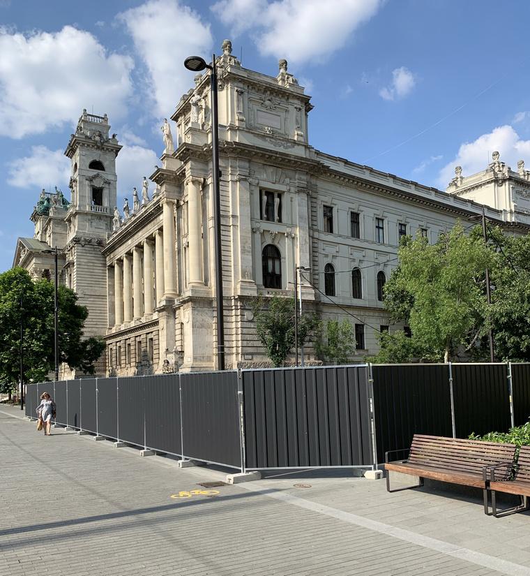 Az Alkotmány utca eleje nem a forgatás, hanem egy emlékmű építése miatt van lezárva.