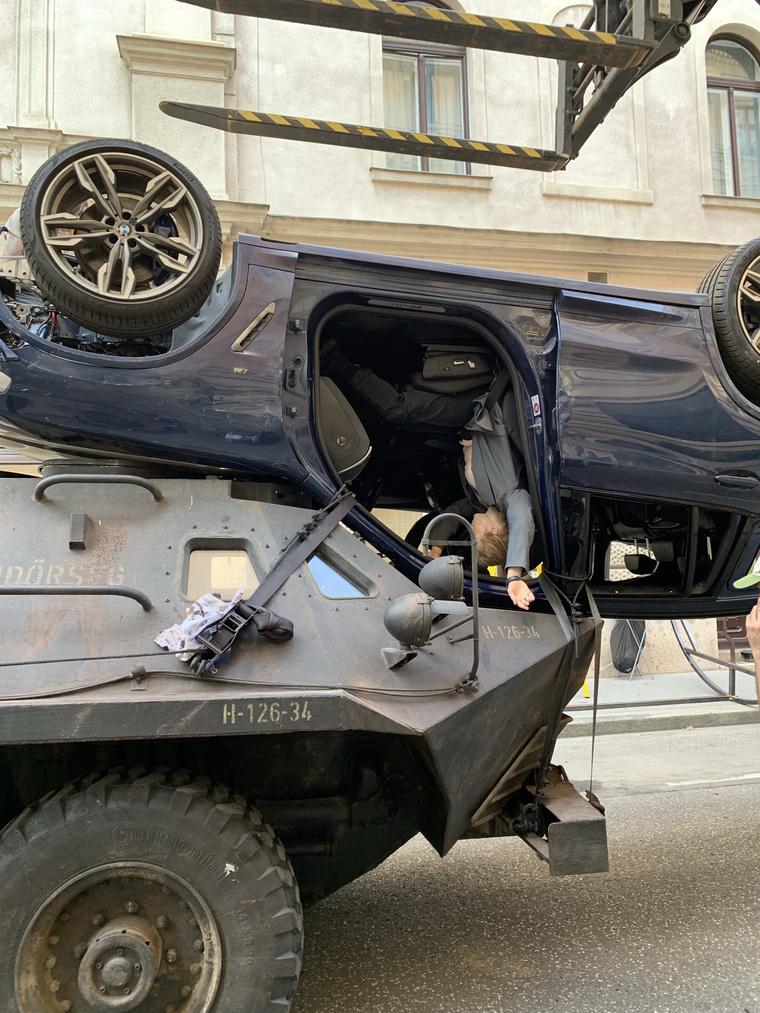 Egy egymásnak ment tank és autó a Fekete Özvegy forgatásán.