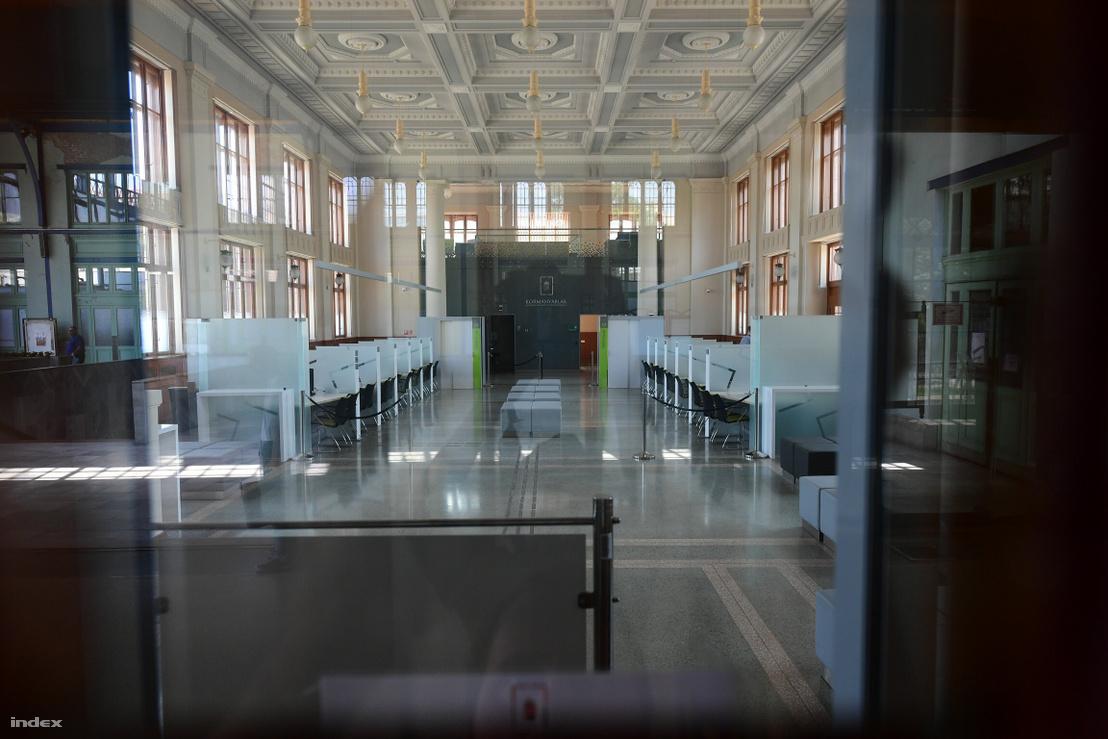 Üres kormányablak a Nyugati pályaudvarnál június 18-án.
