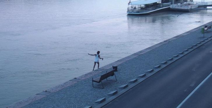 Az ittas férfi négy métert zuhant, majd a Dunába esett. Szerencséjére magasabb volt a vízállás, így nem a kövekre esett