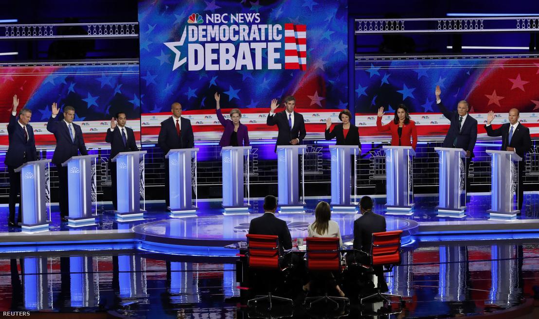 Cory Booker kivételével az összes jelölt felemeli a kezét arra a kérdésre, hogy támogatna-e egy nukleáris megállapodást Iránnal