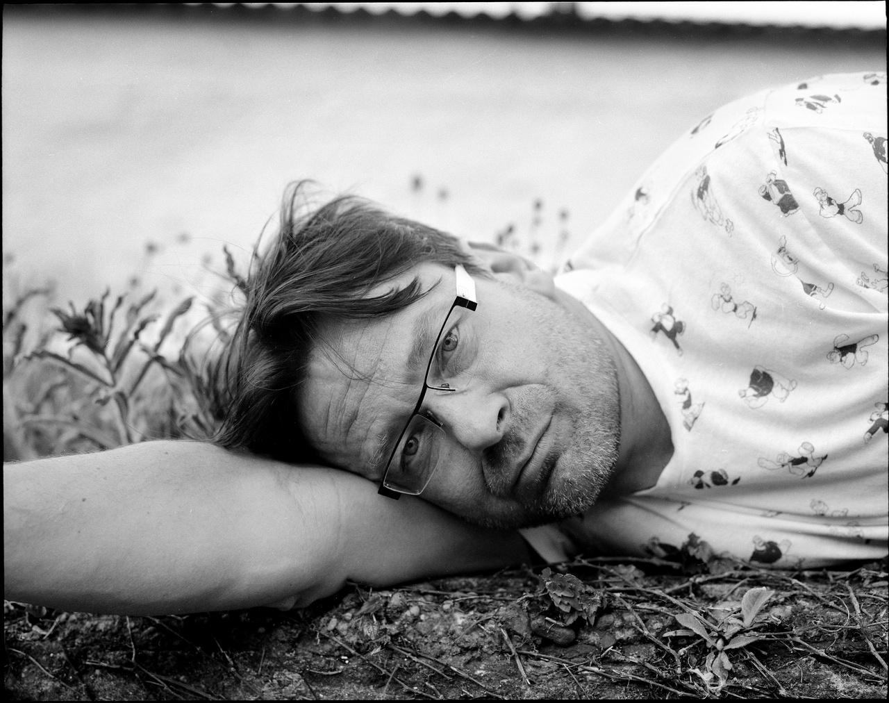 Az idén 52 éves, pécsi születésű, 2010 óta Kossuth-díjas Lovasi András az 1980-as évek vége óta a magyar alterzenei élet talán legjelentősebb szereplője. Az 1987-ben megalakult Kispál és a Borz zenekarral 1988 és 2010 között több mint harminc albumot adtak ki - az utolsó a búcsúkoncert albuma volt 2010-ben -, a 2005-ben alakult Kiscsillaggal kilencet, és jelent meg két szólólemeze, egy 2001-ben, egy pedig idén (a lemezről rossz, Lovasi fishinges koncertjéről jó véleménnyel voltunk). Zenész, énekes, dalszerző, zeneszerző, játszik gitáron, basszusgitáron és akár bendzsón is. Az egyik legismertebb Kispál-dalt, a Húsrágó, hídverőt a kilencvences legmeghatározóbb alterzenei számának választották. A Kiscsillaggal évek óta rendszeresen fellépnek a Kobuciban, idén május 17-én volt telt házas koncertjük.