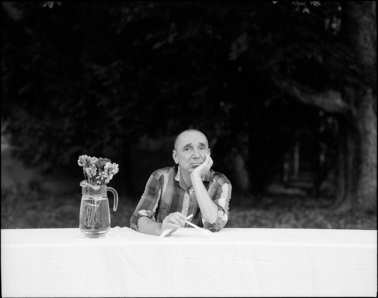 Az idén 60 éves Menyhárt Jenő a nyolcvanas évek underground zenei világa óta a magyar alterzene egyik legmeghatározóbb személyisége. Alapító tagja volt az URH-nak, majd annak feloszlása után az Európa Kiadónak, előbbiben együtt zenélt Müller Péter Sziámival. A Balaton és a Trabant együttesekbe is többször meghívták fellépni. Tizenhárom albumuk jelent meg, az első 1982-ben, az eddigi utolsó tavaly. Múlt ősszel a Balaton és az Európa Kiadó közös koncertet adott a Kobuciban. Olyan korszakos dalok szerzője, mint a Helló bébi, te nyomorult állat kezdésű Mocskos idők, vagy a Küldj egy jelet, Megalázó durva szerelem.