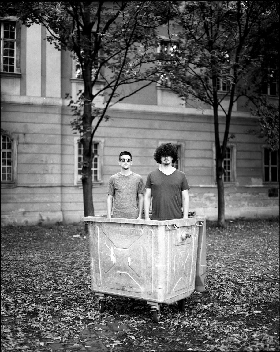 Gál Márk és Tim Balázs pultosok. Nem tudni, milyen téridőkapuk megnyitásával, de a Kobuciban valahogy meg tudják oldani, hogy koncertek előtt és után ne kelljen eszméletlenül sokat várni egy-egy kiszolgálásra.