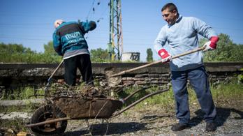 Extra bért osztana a kormány a közmunkásoknak az őszi választások előtt