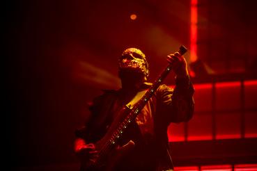 És igen, vannak túlzások, például Alessandro Venturella gyermeteg módon, valami béna karácsonyfaizzótól világító gitárja