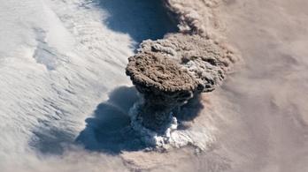 Gombafelhővel tört ki a Raikoke-vulkán