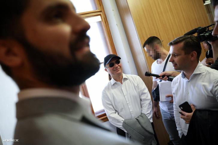 Tárgyalóterem előtt, védői gyűrűjében nyilatkozott a sajtónak