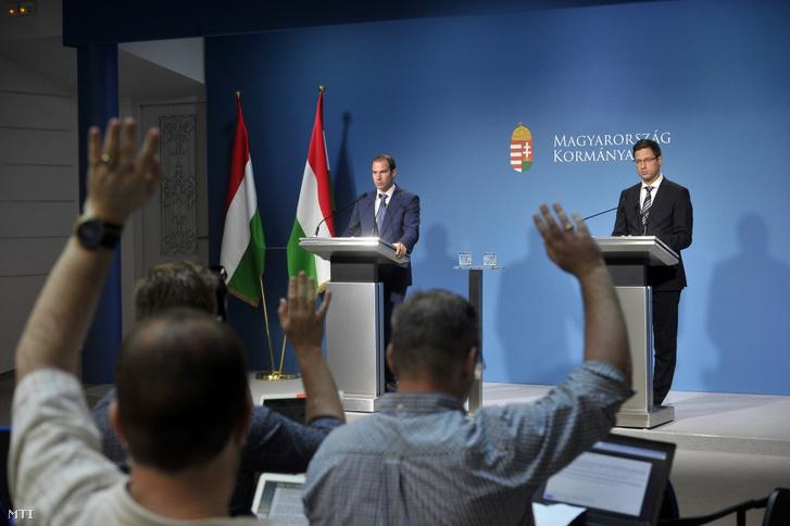 Gulyás Gergely, a Miniszterelnökséget vezető miniszter (j) és Hollik István kormányszóvivő a Kormányinfó sajtótájékoztatón a Miniszterelnöki Kabinetiroda Garibaldi utcai sajtótermében 2019. június 27-én