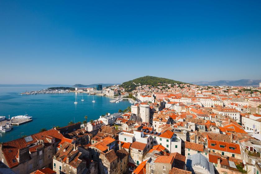 Split városában mindenki megtalálja a számításait: gyönyörű tengerpart, mediterrán utcák és érdekes történelmi emlékek is vannak itt.