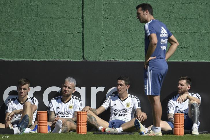 Az argentin edzőtáborban nem nevetnek mindig, itt Foyth, Otamendi, Di Maria és Messi figyel Scaloni kapitányra