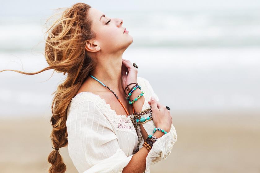 A legszebb nyári kiegészítők, amik bronzbarna bőrön mutatnak igazán: színesek, csillognak
