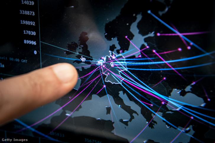"""Cem Karakaya, a müncheni rendőrség """"Új média és internetes bűnözés"""" osztályának tagja a németországi kiberfenyegetéseket a Kaspersky valós idejű térképén."""