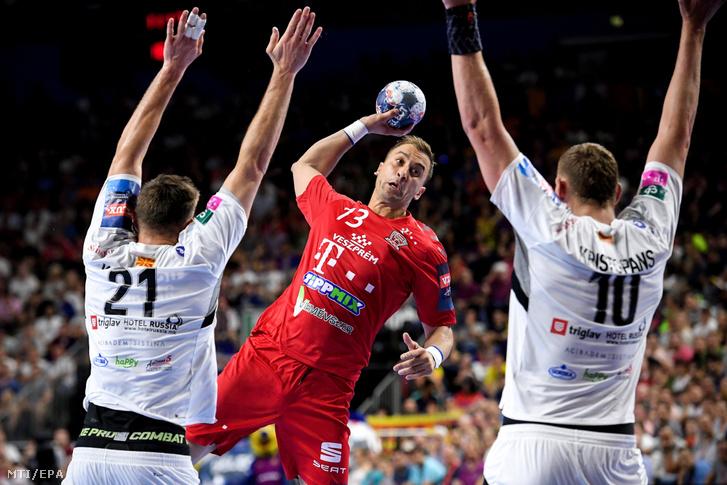 Momir Ilic, a Telekom Veszprém, illetve Glab Kalarash (b) és Dainis Kristopans (j), a Vardar Szkopje játékosa a férfi kézilabda Bajnokok Ligájának kölni döntőjében 2019. június 2-án