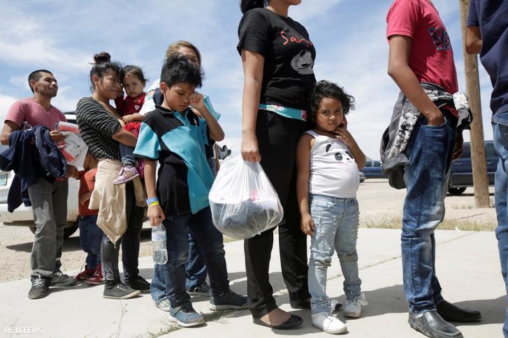Közép-amerikai illegális bevándorlók állnak sorban, hogy beléphessenek az ideiglenes szállásra Új-Mexikóban 2019. május 16-án