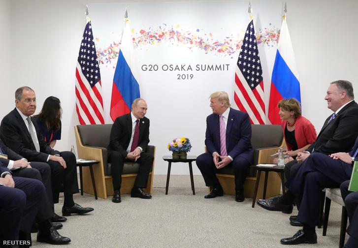 G20-ak találkozója Oszakában 2019. június 28-án. Balról-jobbra: Szergej Lavrov, orosz külügyminiszter, Vlagyimir Putyin, Donald Trump és Mike Pompeo amerikai külügyminiszter.