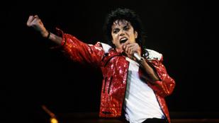 Michael Jackson meztelenre vetkőzött egy Playboy-nyuszi előtt