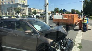 Rendőrautó ütközött kocsival a Népligetnél, két rendőr megsebesült