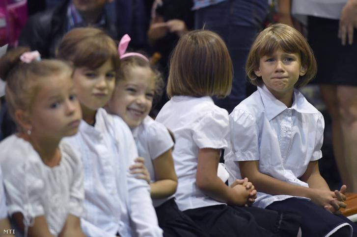 Elsős diákok a dunaharaszti II. Rákóczi Ferenc Általános Iskola tanévnyitó ünnepségén 2018. szeptember 3-án