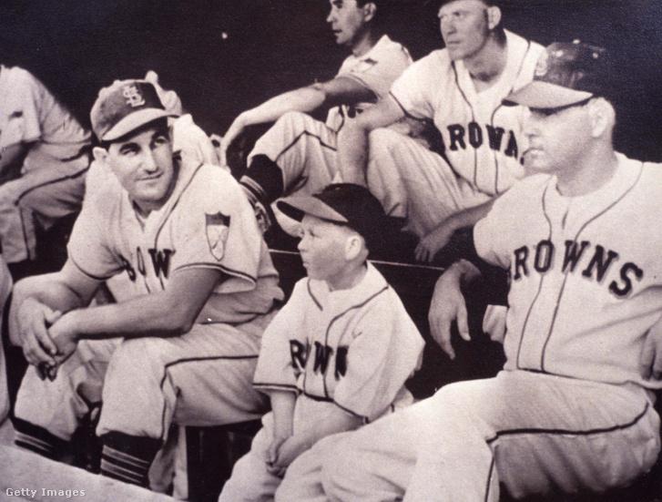 Gaedel játékostársai között a cserepadon az 1951-es meccsen