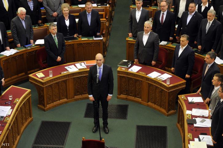 Kozma Ákos a Független Rendészeti Panasztestület új tagjaként esküt tesz az Országgyűlés plenáris ülésen 2016. június 7-én.