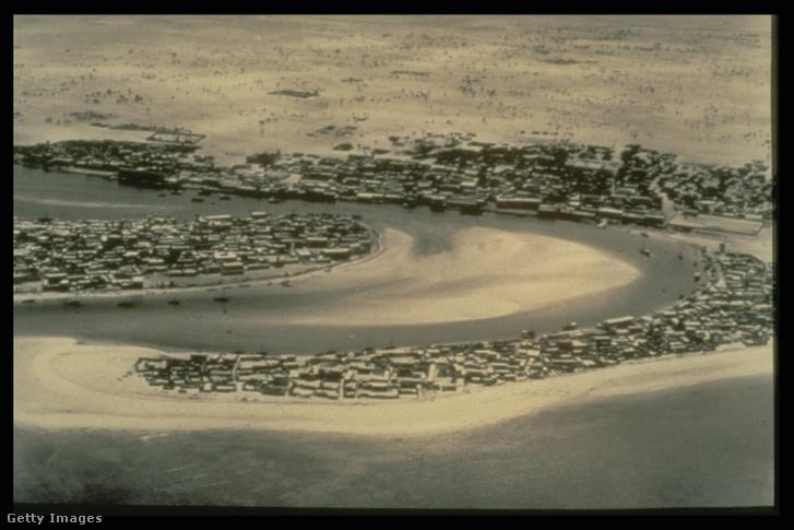 Dubai 1950-ben, jól látszik a három régi városrész: a földnyelven Shindagha, mögötte a Creek jobb oldalán Bur Dubai, a bal parton Deira. A borítóképpel összehasonlítva érzékelhető, hogy néhány évtized alatt milyen léptékű átalakulás történt, ott ahol a sivatag egykor elkezdődött, ma végig felhőkarcolók állnak.