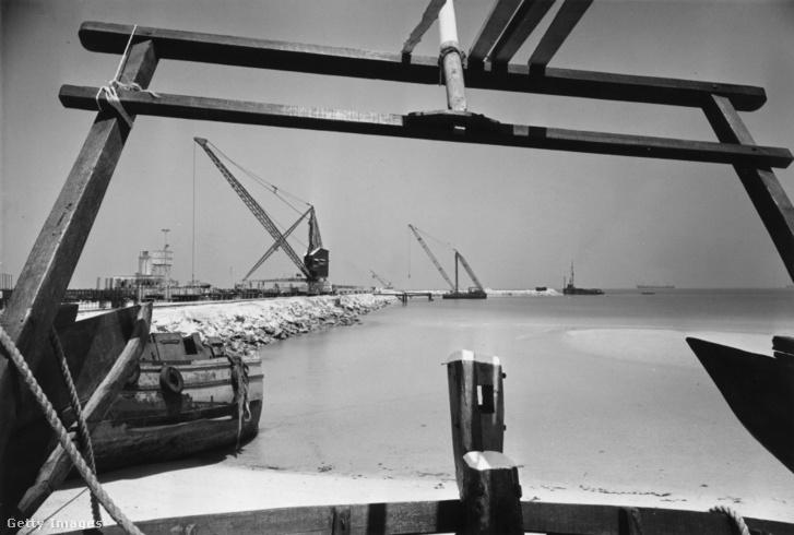 Az új mélytengeri kikötő, amely építését 1973-ban fejezték be, lehetővé tette, hogy a nagy teherhajóknak ne kelljen bemenni a szűkös Dubai Creekbe. A történelmi kikötő a sétahajók, yachtok, étteremhajók kizárólagos területe lett, ez a folyamat egyébként a világ legtöbb régi kikötővárosában lejátszódott.
