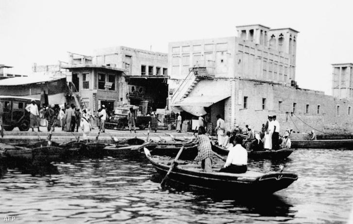 A dubaji kikötő a Creek mellett 1960-ban, a háttérben széltornyos házakkal. Az olaj előtt a város a kereskedelemből és a halászatból élt - jóval szerényebben.